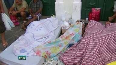 Ambulantes dormem em fila para se cadastrar para trabalhar no carnaval de Olinda - Ambulantes dormem em fila para se cadastrar para trabalhar no carnaval de Olinda
