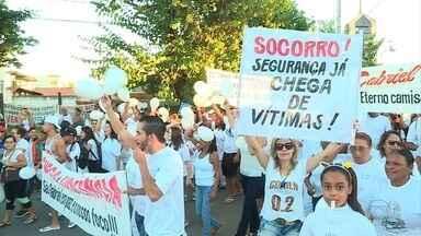 Moradores fazem manifestação contra violência no bairro São Gabriel, em BH - Na última segunda-feira, estudante morreu baleado durante assalto.
