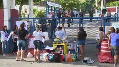 Parentes de policiais fazem protesto na porta de batalhões da Zona Oeste - Manifestantes pedem melhores condições de trabalho e salários em dia. Policiamento seguiu normal nos bairros da Zona Oeste na manhã desta sexta-feira (10).