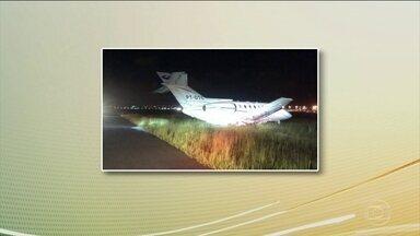Avião com Aécio Neves faz pouso de emergência - Ao decolar, o avião deixou um pedaço de pneu na pista. Sabendo do problema, o comandante pediu para pousar em Guarulhos, que tem uma pista maior, e não em Congonhas, como o previsto.
