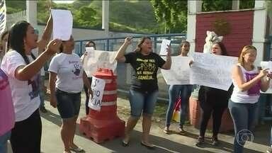 Parentes de PMs fazem protesto no Rio de Janeiro - Eles reclamam contra o atraso no pagamento do 13º salário de 2016. As autoridades de segurança afirmam que 95% dos PMs estão na rua.