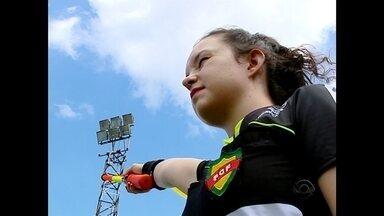 Jovem formada na UFSM é a mais nova árbitra do Gauchão, RS - Há três anos ela se prepara para ser escalada nos jogos de elite do futebol gaúcho.