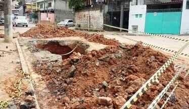 Operário fica parcialmente soterrado durante obra em Mairinque - Um operário ficou parcialmente soterrado durante uma obra nesta quinta-feira (9), na rede de esgoto em Mairinque (SP), no bairro Vila Barreto.