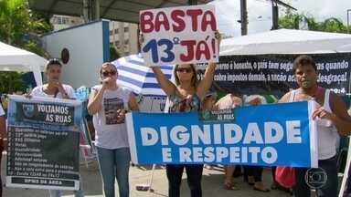 Parentes de PMs bloqueiam batalhões da Baixada e da região metropolitana - Mulheres dos policiais militares pedem pagamento dos salários em dia, do décimo-terceiro e das gratificações.