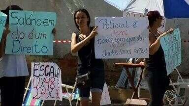 Familiares de policiais realizam manifestação em Volta Redonda, RJ - Mulheres se concentraram na porta do Batalhão com cartazes e apitos. Policiamento não foi prejudicado.