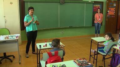Professores municipais cedidos a outros setores foram convocados para dar aula em Cascavel - Reforço é para diminuir o problema com a falta de professores em salas de aula neste início de ano letivo.
