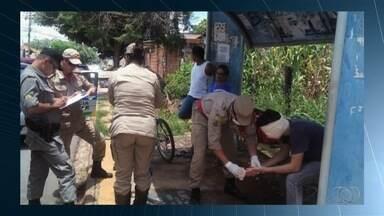 Polícia procura assaltante que perfurou olho de vítima, em Goiânia - Adolescente perdeu a visão de um olho; ele reagiu ao ser abordado em ponto de ônibus.