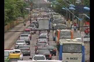 Devido a protesto, trânsito na av. Almirante Barros ficou lento - Manifestação foi organizada pelas mulheres de policiais militares.