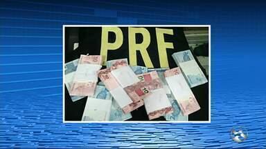 Casal suspeito de participar de roubo a banco em PE é preso na Paraíba - Dupla foi detida na BR-101, em Mamanguape, enquanto seguia para Natal.