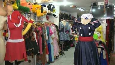 Comércio investe em vitrines coloridas para o carnaval em Campina Grande - As vitrines estão cheias de fantasias para animar a folia.