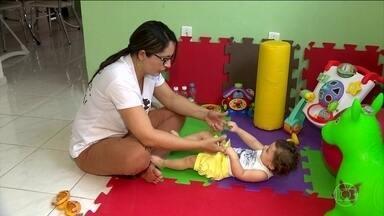 Combinação de estímulos e terapias pode amenizar os danos da microcefalia - Na Paraíba, Catarina Maria foi estimulada desde pequena pela mãe fisioterapeuta. A menina tem sessões de estímulo três vezes ao dia, faz terapia ocupacional e tem atendimento com neurologista.