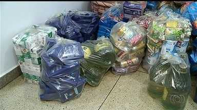 Procon apreende alimentos vencidos em supermercado de Itumbiara - Estabelecimento foi autuado. Corporação encontrou mais de duas mil latas de cerveja fora do prazo de validade