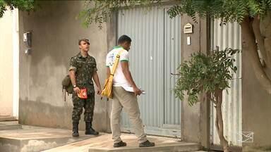 Militares do Exército realizam trabalho em conjunto com agentes de endemias em Imperatriz - De porta em porta, eles alertam a população sobre a necessidade de evitar a formação de criadouros do mosquito Aedes.