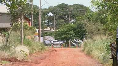 Falta de asfalto prejudica moradores na Vila Elisa em Ribeirão Preto, SP - População critica os transtornos durantes as chuvas e o tempo seco.