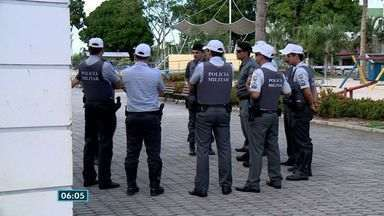 PMs marcham em protesto na Praia da Costa, em Vila Velha, ES - Usando branco, manifestantes percorreram a orla na noite desta terça (14).Guarda Municipal acompanhou protesto, que não teve registro de confusão.