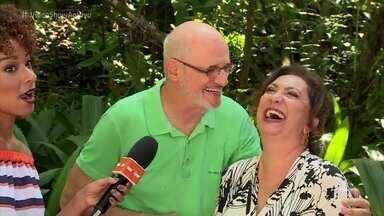 Eliane Giardini e Marcos Caruso se reencontram nos Estúdios Globo - Atores viveram o inesquecível casal Murici e Leleco, que viviam entre tapas e beijos na novela 'Avenida Brasil'