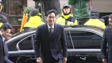 Herdeiro da Samsung é preso em Seul, na Coreia do Sul - Lee Jae-Yong, vice-presidente da Samsung, é acusado de pagar propina no escândalo de corrupção que abalou o país.