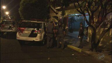 Trio faz família refém e é preso após negociação com PM na zona oeste de Ribeirão Preto - Família chegava em casa na Vila Tibério quando foi abordada pelos suspeitos.