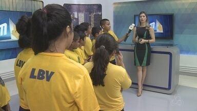 Crianças fazem homenagem ao Dia do Repórter em Manaus - Turma visitou a Rede Amazônia para conhecer a rotina da profissão.