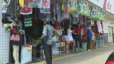 Comerciantes esperam aumento nas vendas durante Carnaval - Muitos foliões optam por fantasias para aproveitar a festa popular, e as lojas especializadas aproveitam o momento para ter lucro.