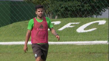 Henrique Almeida já marcou em clássicos, e quer repetir a dose - O artilheiro do Coritiba em 2015 fez gol em Atletiba, e espera poder manter a média no primeiro clássico do ano, neste domingo (19), às 17h, na Arena da Baixada