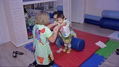 Família de Dourados consegue cirurgia negada por plano de saúde - Menino tem paralisia cerebral e sente muita dor ao fazer movimentos normais para muita gente.