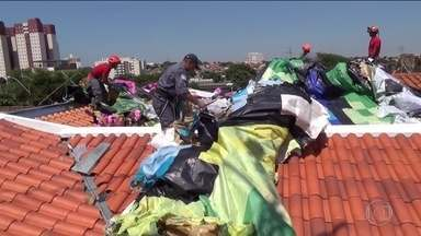 Balão de 48 m cai sobre seis casas em Campinas; oito pessoas foram detidas - Bombeiros tiveram trabalho para tirar os pedaços de pano e as armações de cima das casas. Houve um princípio de incêndio, mas ninguém ficou ferido.