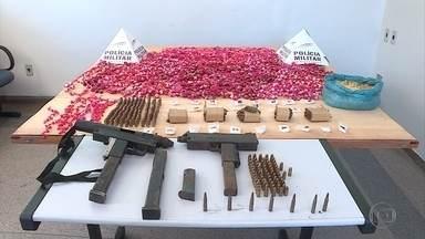 PM faz mais uma apreensão de drogas em Sarzedo, na Grande BH - Policiais chegaram a esconderijo das drogas com ajuda de cães farejadores. Material apreendido estava escondido em tonéis enterrados em matagal.