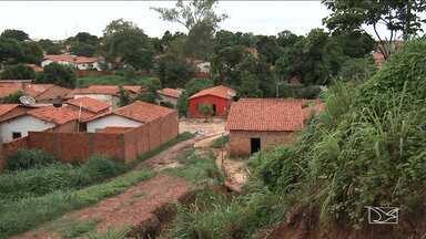 Chuvas abrem cratera em rua de bairro em Caxias - Na Travessa Matões a situação já era ruim porque a pavimentação que havia sido feita ficou pela metade.