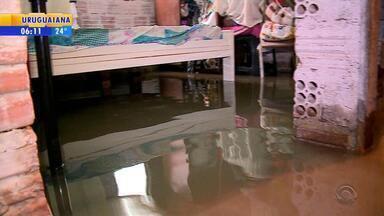 Tempo: chuva deixa bairros alagados em Pelotas - Chuva atingiu cidades do Sul do estado.