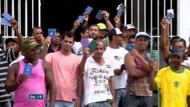 Agência do Sine em Aracruz tem ficado lotada de gente procurando trabalho no ES - Teve até protesto. As vagas não dão pra todo mundo.