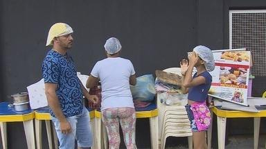 Ambulantes aproveitam o Carnaval para garantir renda extra - Enquanto uns se divertem, outros aproveitam para trabalhar.