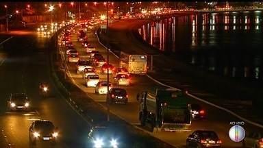 Movimento é intenso em estradas do interior do Rio nesta sexta-feira - Assista a seguir.