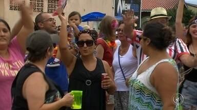 Milhares de foliões tomam as ruas de Jundiaí - Quem não não foi viajar no carnaval em Jundiaí aproveitou para cair na folia curtindo os blocos de rua. Milhares de foliões tomaram as ruas da cidade neste sábado (25).