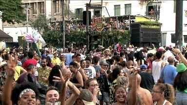 Em São Paulo, 391 blocos de rua não vão deixar os foliões parados - Na esquina da Ipiranga com São João, multidão brincou no Tarado ni Você. No bloco Jegue Elétrico, mulheres reforçaram a percussão com panelas.