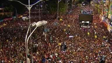 Foliões esquecem dores do amor pulando atrás dos trios em Salvador - A festa das multidões acolhe qualquer dança e todos os sentimentos. Até quem sofre de dor de cotovelo cai na folia.