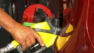 Preço dos combustíveis tem queda de cerca de R$ 0,10 na região de Sorocaba e Jundiaí - E o motorista que pegou estrada esses dias teve uma surpresa. Eles gastaram menos para encher os tanques dos carros. Os preços dos litros do álcool e da gasolina estão em média R$ 0,10 mais baratos.