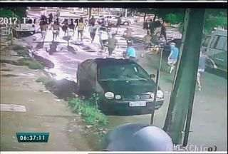 Câmeras flagram grupo jogando ovos em fachada de delegacia em Fortaleza - Delegacia fica no Bairro Bom Jardim.