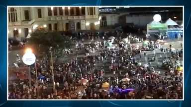 Carnaval da Praça da Estação, em BH, termina mais cedo por causa de confusão generalizada - Polícia usou bombas de gás para dispersar a multidão. Uma pessoa foi detida e um policial ficou ferido.