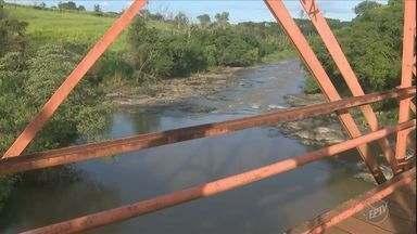 Homem desaparece ao praticar tirolesa na Ponte de Ferro, em Cosmópolis - Acidente aconteceu no início da noite de terça-feira (28). Ele ainda não foi identificado.
