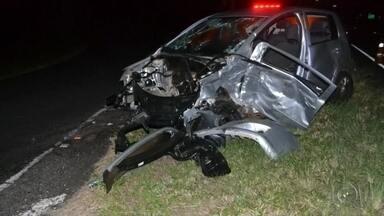 Acidente arranca motor de carro e mata mulher em Ibirá - Uma mulher morreu e outra ficou ferida em um acidente na noite desta terça-feira (28) na rodovia Roberto Mário Perosa, no trevo de acesso à Ibirá (SP). A motorista do veículo tentou cruzar a pista quando foi atingida por outro carro.