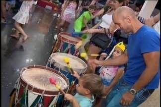 Crianças caem na folia de carnaval em Divinópolis - Cidade não tem tradição da festa, mas shopping realizou evento para os pequenos, com marchinhas e fantasias.