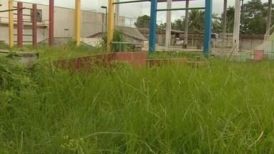 Moradores reclamam de deterioração de praça CEU das Artes, em Macapá - Local está tomado por mato e tem equipamentos quebrados.