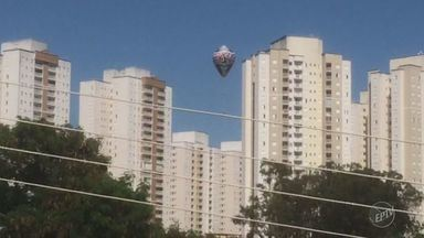 Cresce número de flagrantes de soltura de balões na região de Campinas - O ato é considerado crime, com pena de detenção de um a três anos ou multa, ou ambas as penas cumulativamente.