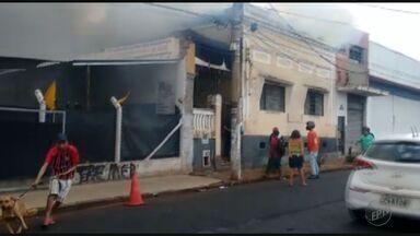 Casa pega fogo na Vila Tibério em Ribeirão Preto, SP - Moradores saíram correndo do local, e ninguém se feriu.