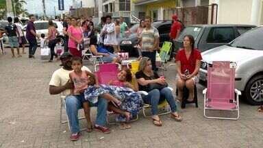 Moradores da Serra dormem em fila por vacina contra febre amarela - Mutirão continua nesta quarta-feira (1).