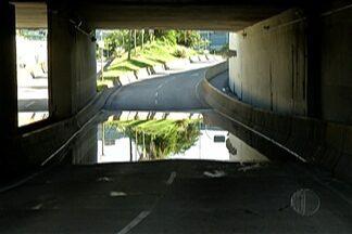 Passagem subterrânea Oswaldo Crespo de Abreu, em Mogi, é interditada - Passagem amanheceu alagada nesta quarta (1º). Funcionários da Prefeitura tentam identificar causa.