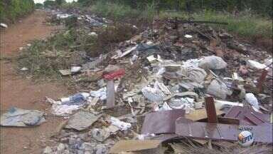 Descarte de lixo na Estrada da Graminha gera queixas em Leme, SP - Prefeitura limpou a área na semana passada, mas entulho voltou a aparecer menos de uma semana depois.