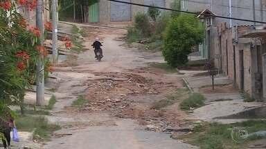 Moradores de Ribeirão das Neves reclamam de ruas tomadas por buracos - Eles pedem ajuda porque algumas vias estão intransitáveis.