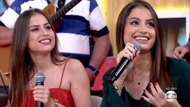 Júlia e Rafaela garantem que não estão namorando - As gêmeas de 15 anos dizem que são muito assediadas na internet e recebem conselho de Monica Iozzi para não namorarem tão cedo